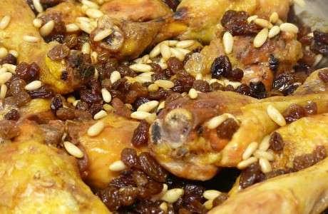 cuixetes de pollastre amb panses i pinyons